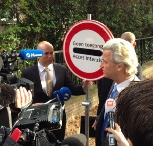 """A sign that says """"no access"""" in Dutch and Romanian"""