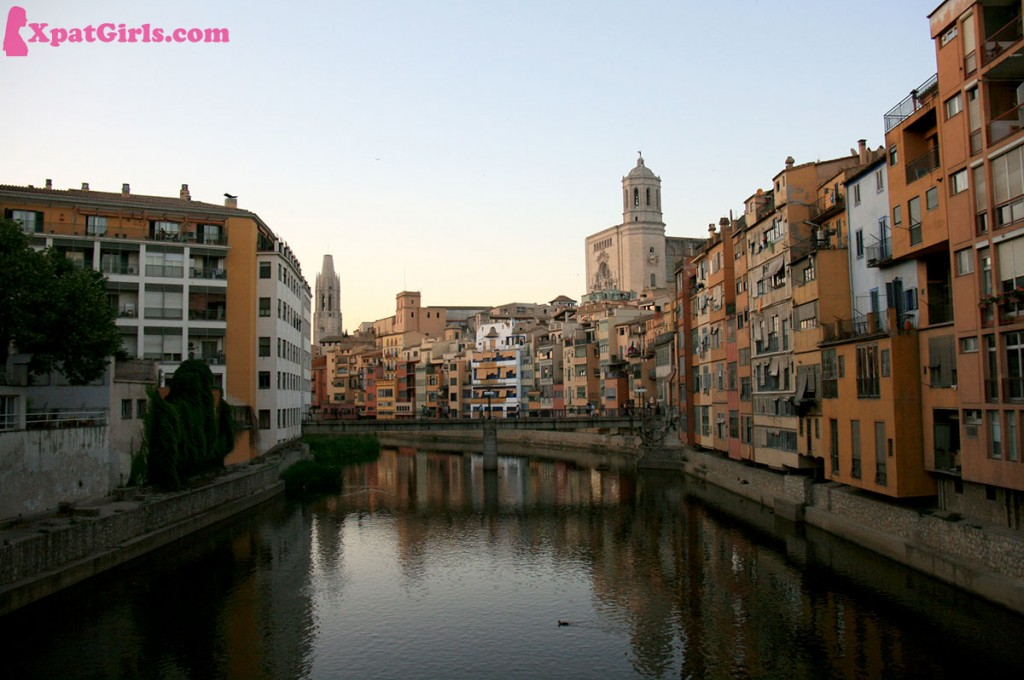 The houses of the Onyar (the river crossing Girona), famous for their colours and reflections in the water; also you can see the Cathedral, which has the widest Gothic nave in the world
