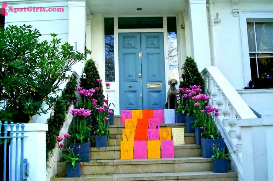 "Wandering around Notting Hill, I've spotted this adorable message: ""Thank dad. You're home."" There is a name inside the letter H: Richard W.A. Curtis, no one else than the director of the romantic comedy film Love Actually. I wish I'd seen his face coming back home and finding this cute message. Like father, like son."